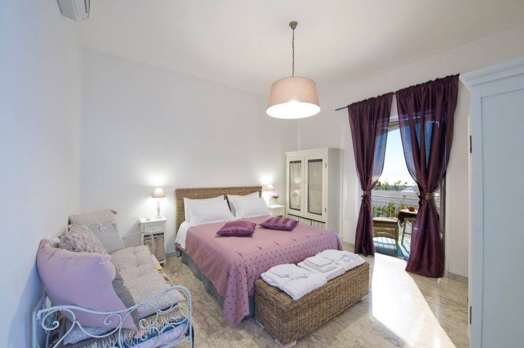 Casa Coccinella bedroom with rose blank and access to the terrace