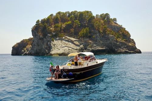 Barca Lumacharter in un tour personalizzato a Capri