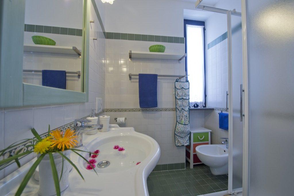Casa Terramare bathroom with flowers
