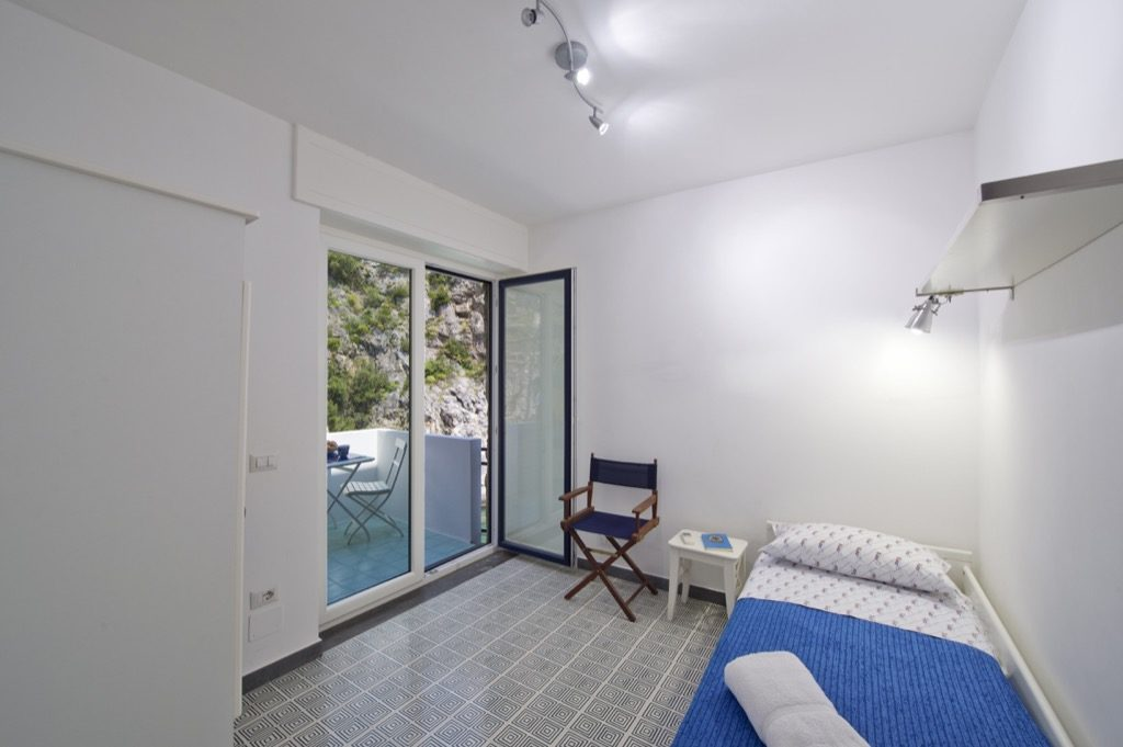Casa Terramare single bedroom with access to the terrace