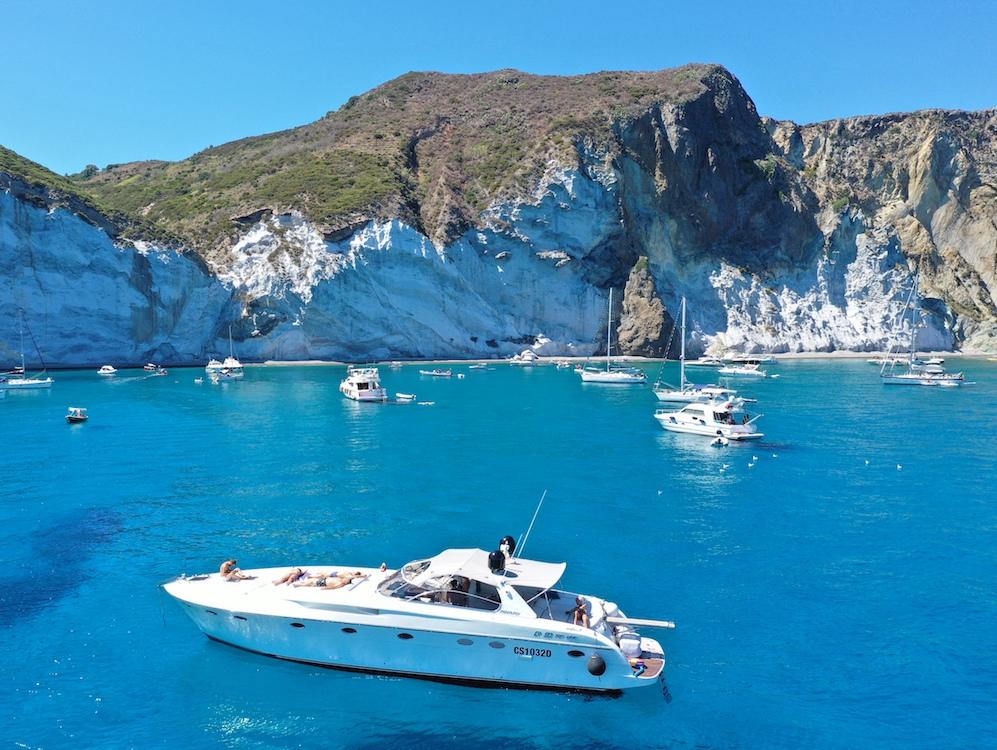Barche in rada in tour costiera Ischia e Procida